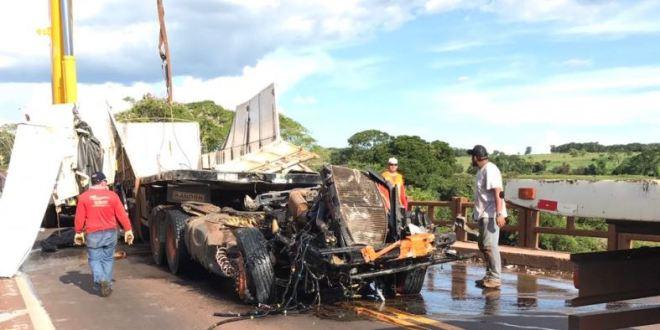 Caminhão que caiu da ponte é retirado do rio, mas motorista não foi encontrado. Cabine se soltou e continua dentro do Meia Ponte