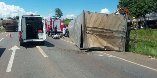 Caminhão tomba em cima de carro e deixa três pessoas feridas na BR-060, em Anápolis