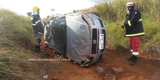 Saída de pista e capotamento causa morte de mulher na BR-153, em Morrinhos. Condutor e outra mulher foram socorridos em estado grave