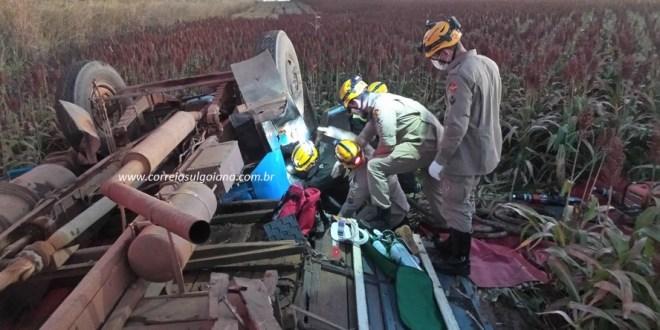 Caminhão sai da pista, tomba e motorista fica preso às ferragens. Corpo de Bombeiros agiu rápido e fez o resgate