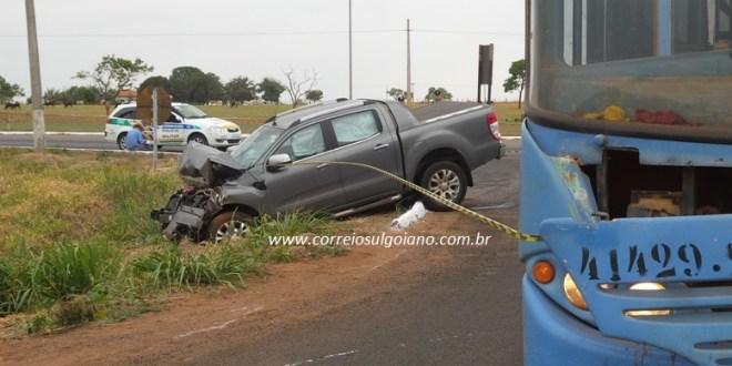 Caminhonete x ônibus: Acidente deixa família ferida na GO-213, em Morrinhos