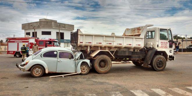 MORTE NO TRÂNSITO: Motorista não resiste aos ferimentos e morre no hospital após colisão Fusca x Caminhão
