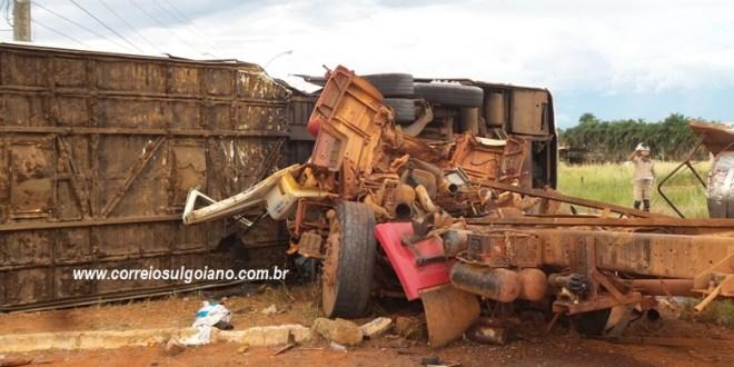 Caminhão passa direto na rotatória e colide contra ônibus de passageiros em Morrinhos