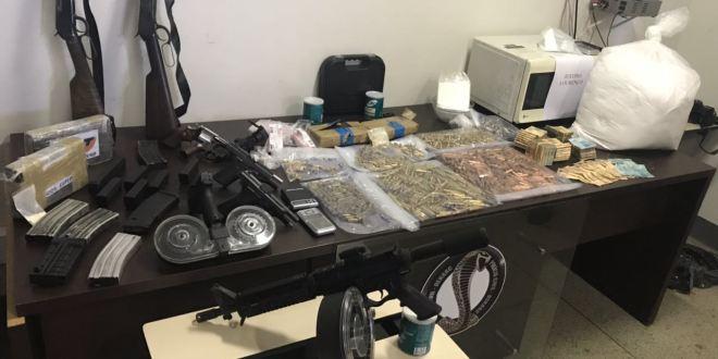 Polícia Civil prende suspeitos de tráfico e roubo e apreende explosivos, armas, munições, drogas e dinheiro