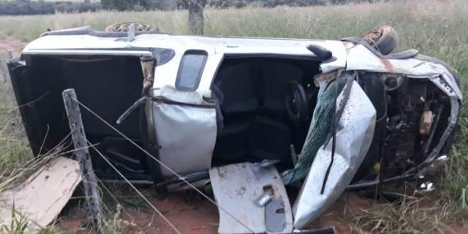 Carro capota na rodovia GO-147 entre Morrinhos e Água Limpa! Com ferimentos, casal de Morrinhos é socorrido pelo Corpo de Bombeiros