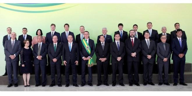 Presidente Jair Bolsonaro dá posse aos ministros de seu governo após receber faixa presidencial