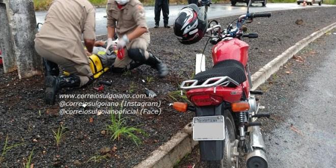 TRÂNSITO: Acidente deixa homem ferido em Morrinhos. Ele caiu da moto enquanto trafegava pela Avenida do Trabalhador