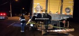 MORTE NO TRÂNSITO: Motociclista colide em caminhão e morre. Outro condutor deixou o local e garupa da segunda moto sofreu ferimentos graves