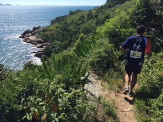 Corredor em uma trilha do Revezamento Volta à Ilha, em Florianópolis