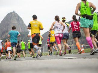 Corredores da Maratona do Rio de Janeiro com o Pão de Açúcar ao fundo
