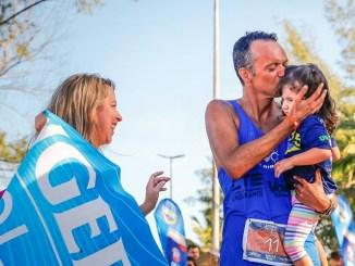 Os maiores troféus de Marcos Dantas na linha de chegada da UB515: a filha Bia e a esposa Aline. Foto de Sandra Guedes