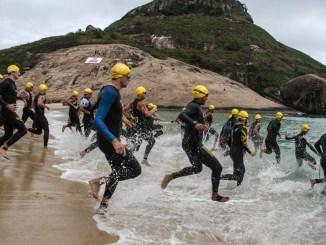Triatletas largam para a etapa de natação do Ironman 70.3 Rio de Janeiro