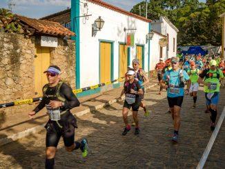 Corredores pelas ruas de Tiradentes durante o XTerra Estrada Real. Foto de divulgação