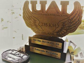 O troféu e a medalha do campeão da UAI Hard 135km