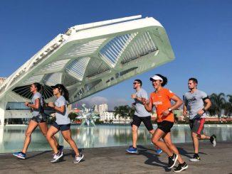 Corredores e pacer passam pelo Museu do Amanhã, no Porto Maravilha, durante o Treinão Bossa