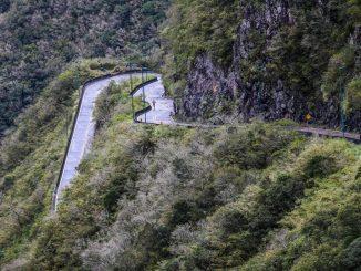 Corredor supera uma das 284 curvas da Serra do Rio do Rastro durante a Mizuno Uphill Marathon. Foto de Cristiano Andujar/Divulgação Mizuno