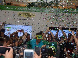 Marcio Villar comemora a conquista do recorde mundial de corrida na esteira, com 827km