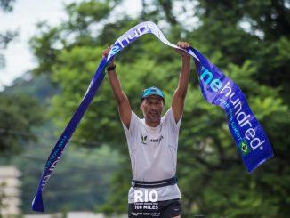Iazaldir Feitosa comemora o título e o recorde da primeira edição brasileira do FKT Rio One Hundred®️ Caminho do Imperador, neste domingo. (Allan Carvalho/Divulgação)