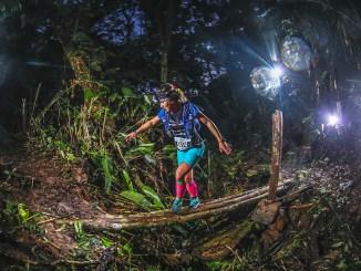 A campeã dos 104km, Letícia Saltori em um dos trechos da Mons Ultra Trail. (Emanuel Galafassi/Divulgação)