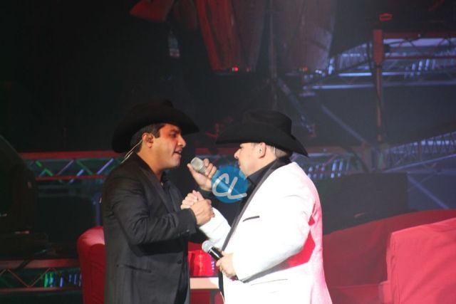 Julion y El Coyote cantando en el concierto de Julion Alvarez en Madison Square Garden 7/30/2016