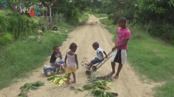 niños del poblado de Santa Isabel jugando 2015 (2)