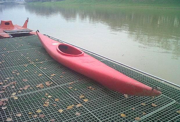 La canoa del giovane disperso (Foto di Matteo Leoni)