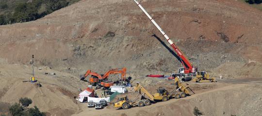 I minatori nel pozzo stanno arrivando al punto dove c'è il piccoloJulen