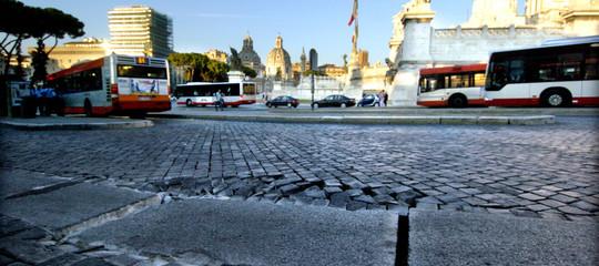 Trenta detenuti di Rebibbia al lavoro per coprire le buche stradali di Roma