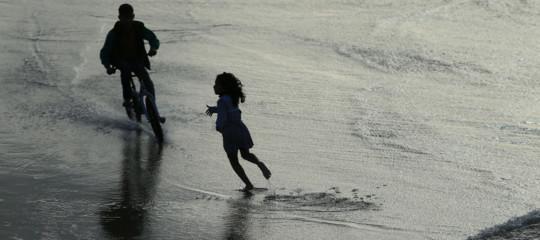 Cassazione: scattare furtivamente foto di bimbi nudi in spiaggia è pedopornografia