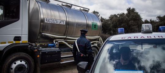 """Latte: assaltata e date alle fiamme un'autocisterna nel Sassarese. Salvini: """"Sono criminali"""""""