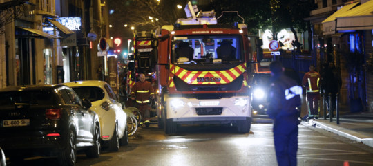 Sono almeno 7 i morti nell'incendio in un palazzo a Parigi. Un ferito grave