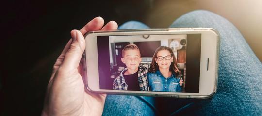 Bimbi che crescono e scoprono le loro foto su Internet. E i genitori rischiano