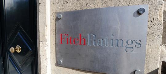 fitch taglia stime italia