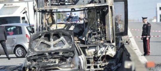 Incendia scuolabus terrorismo