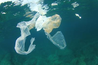 Sulle spiagge italiane oltre 770 rifiuti ogni 100 mt, l'80% è plastica