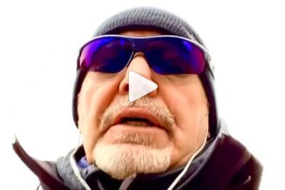 Vasco Rossi canta in incognito. Cappello, occhiali e finisce così