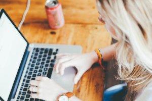 Corso web writing Milano, ragazza scrive al computer