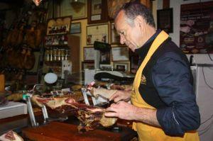 Leocadio Corbacho, cómo cortar un jamón sin dejarse los dedos