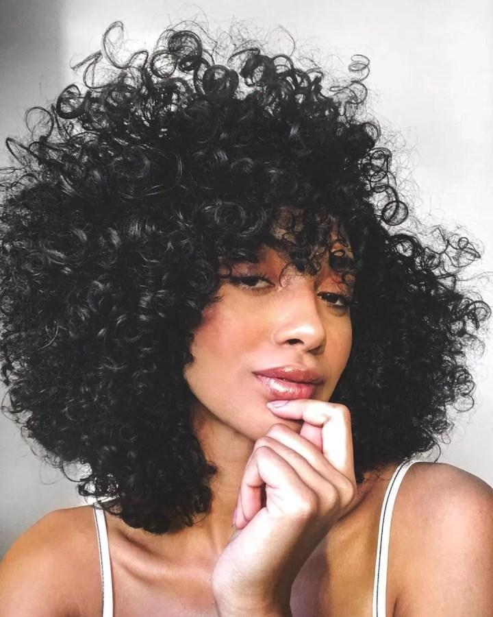 Cortes de cabelos cacheados 2022 com franja