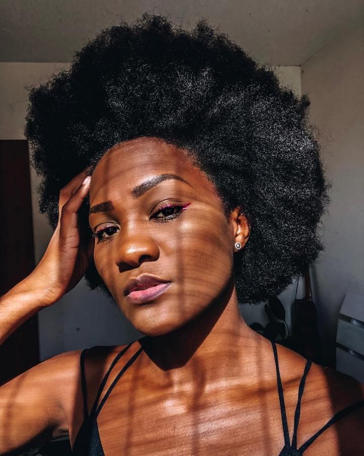 Cortes de cabelo cacheados curtos, médios e longos: tendências 2022