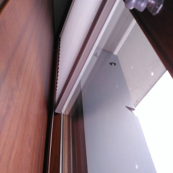 Cortina plisada saxun en marco contraventana