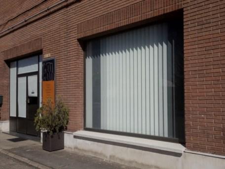 Cortinas de lamas verticales escaparates tienda vista exterior