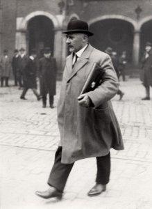 Arend Braat op het Binnenhof in 1923 (foto: Nationaal Archief/Het Leven (LEVEN 022)).