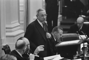Premier De Quay in de Tweede Kamer, 1963 (foto: Nationaal Archief/Anefo/Harry Pot, CC BY-SA 3.0 nl-licentie).