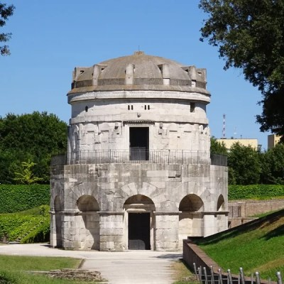 The mausoleum, seen from the front.