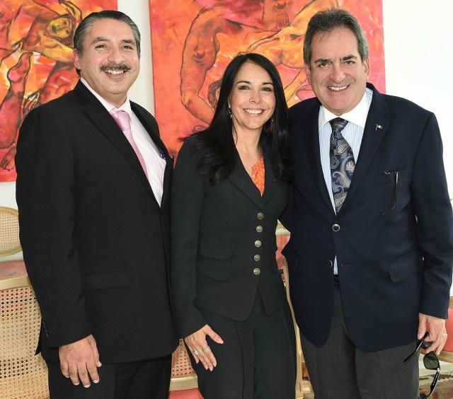 El gobernador Carlos Lozano de la Torre, con la secretaria técnica del Consejo de Coordinación para la Implementación del Sistema de Justicia Penal, María de los Ángeles Fromow Rangel; y con el fiscal general del estado, Oscar González Mendívil.
