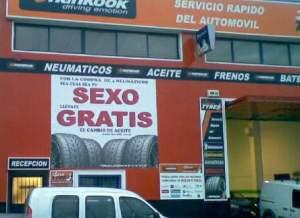 El sexo vende. Como muestra tienes este taller donde re regalan el cambio del aceite por comprar unos neumáticos. ¿Porqué nunca leemos la letra pequeña?