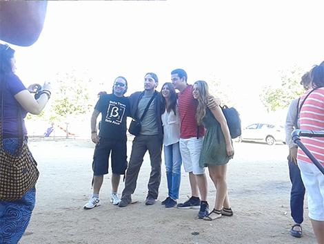 Peris-Mencheta con varios de los miembros de Podemos Las Navas