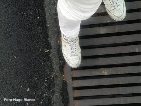 El nivel del asfalto a la altura del tobillo.