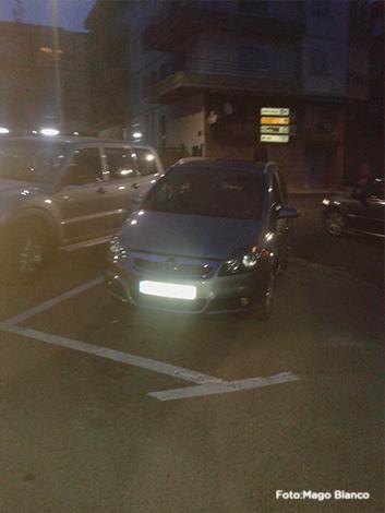 Aquí tuvo que aparcar I.R. con la consiguiente dificultad de acceder y salir de su vehículo con su silla de ruedas.